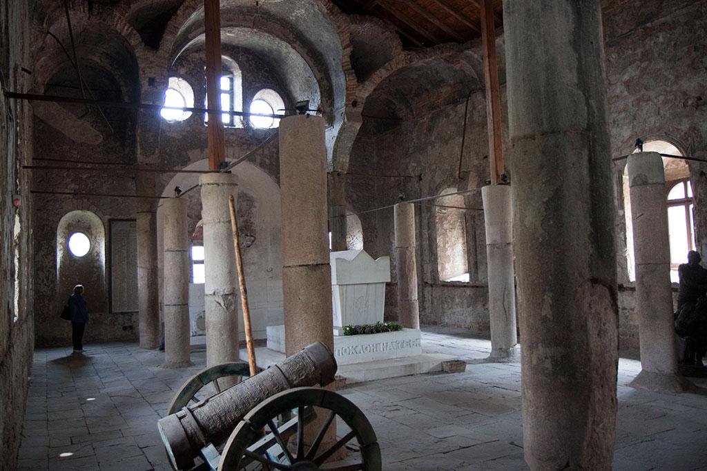 вътрешността на църквата св. Архангел Михаил в Перущциа